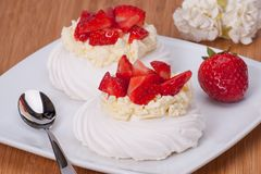 草莓蛋白甜饼点心帕夫洛娃 免版税图库摄影