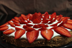 草莓蛋白甜饼蛋糕 免版税库存图片