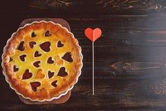 草莓蛋糕为华伦泰与心脏的` s天在木后面 库存图片