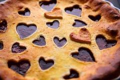草莓蛋糕为华伦泰与心脏的` s天在木后面 图库摄影