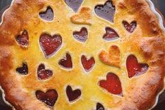 草莓蛋糕为华伦泰与心脏的` s天在木后面 免版税库存照片