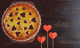 草莓蛋糕为华伦泰与心脏的` s天在木后面 库存照片