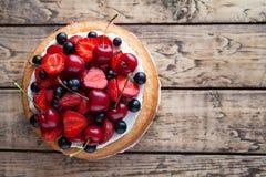 草莓蛋糕传统自创甜点心面包店食物 免版税图库摄影