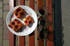 草莓蛋糕和咖啡在长凳 免版税图库摄影