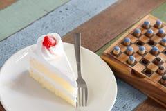 草莓蛋糕和棋 图库摄影