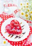 草莓蛋糕在情人节塑造了心脏浪漫点心 免版税库存照片