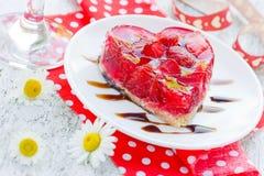 草莓蛋糕在情人节塑造了心脏浪漫点心 库存照片
