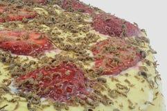 草莓蛋糕宏指令在灰色背景的 免版税库存照片