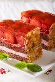 草莓蛋糕开胃片断与新鲜薄荷特写镜头的在a 免版税图库摄影