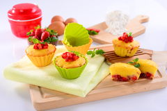 草莓蛋糕松饼用鸡蛋和薄荷的叶子在木盘子 免版税库存图片