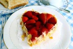草莓蛋糕用在心脏形状的杏仁用多士 库存照片