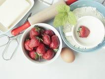 草莓蛋糕的成份 烘烤产品和厨房战争 免版税库存图片