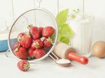 草莓蛋糕的成份 烘烤产品和厨房战争 免版税图库摄影