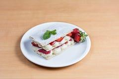 草莓蛋糕,酥皮点心,糖果店mille-feuille 免版税图库摄影