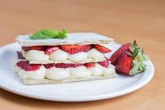 草莓蛋糕,酥皮点心,糖果店mille-feuille 库存照片