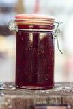 草莓酱瓶子 免版税库存照片