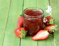 草莓酱用在瓶子的新鲜的莓果 免版税库存照片