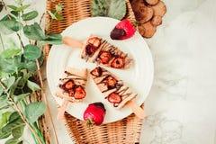 草莓酸奶冰淇凌冰棍儿,与choco的夏天点心 免版税库存图片