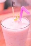 草莓酸奶圆滑的人 免版税图库摄影