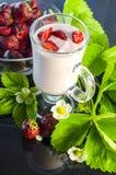草莓酸奶用在黑暗的背景的草莓 免版税库存图片