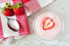 草莓酸奶用新鲜的莓果和被检查的布料 库存图片