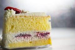 草莓雪芳蛋糕 免版税图库摄影