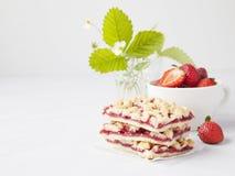 草莓面包屑条用在杯子和strawb的新鲜的红色莓果 库存图片