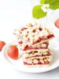 草莓面包屑条用在杯子和strawb的新鲜的红色莓果 免版税库存照片
