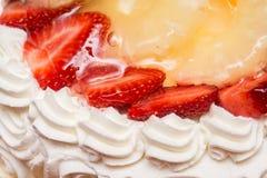 草莓鞭子奶油蛋糕 免版税库存照片