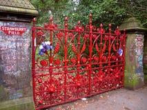草莓领域利物浦给Beatles地标装门 免版税库存图片
