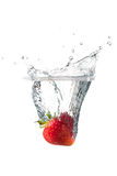 草莓飞溅 免版税库存照片