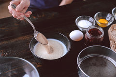 草莓饼的逐步的生产 图库摄影