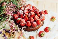 草莓馅饼,草莓脆饼,草莓酱 服务h 免版税库存图片