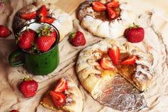草莓馅饼,草莓脆饼,草莓酱 服务h 图库摄影