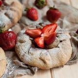 草莓馅饼,草莓脆饼,草莓酱 服务h 免版税图库摄影