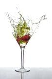 草莓马蒂尼鸡尾酒飞溅 免版税库存图片