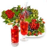 草莓鸡尾酒和各种各样的菜的被隔绝的图象紧密  免版税库存图片