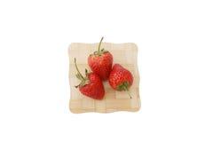 草莓,在三个草莓的焦点 免版税库存图片