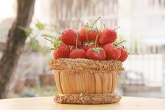 草莓,在小组的焦点在篮子的草莓在自然 免版税库存图片