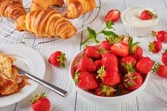 草莓,新近地被烘烤的新月形面包,顶视图 库存照片