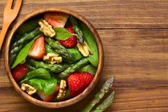草莓,芦笋,菠菜,核桃沙拉 免版税图库摄影
