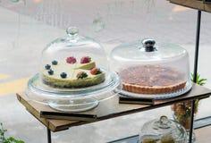 草莓,蓝莓乳酪蛋糕和苹果馅饼在蛋糕站立 库存照片