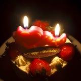 草莓黄油奶油蛋糕为在烛光感觉的生日 库存图片