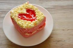 草莓黄油蛋糕为情人节装饰红色心脏 免版税库存图片