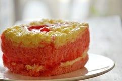 草莓黄油蛋糕装饰在盘的红色心脏 库存照片