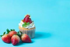草莓cupcak顶部用开心果和奶油,有选择性的foc 免版税库存图片