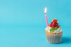 草莓cupcak顶部用开心果和奶油,有选择性的foc 库存照片