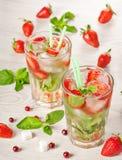 草莓mojito夏天鸡尾酒饮料 库存图片