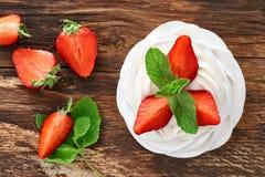 草莓pavlova点心 库存照片
