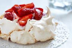 草莓pavlova蛋糕 图库摄影